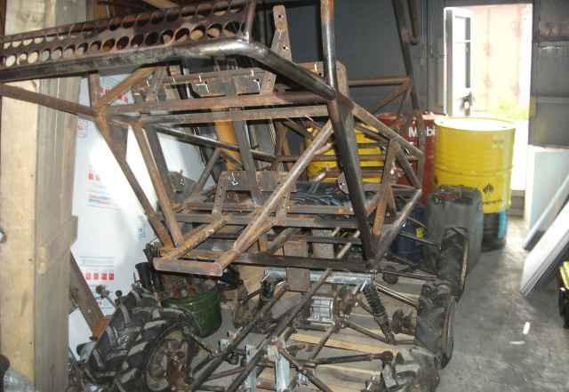 Недостроенный шестиколёсник и рама для багги